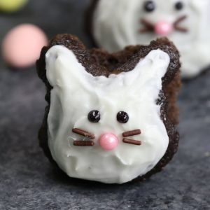 Super Easy Easter Bunny Cupcakes – made using a muffin tin and foil or marbles, easiest trick ever! A cute and simple recipe that turns brownie into bunny shaped cupcakes, with only a few ingredients: brownie mix, icing and decorating sprinkles. Great for Easter parties, brunch, dessert or an afternoon snack! Party food, party dessert recipes. Video recipe. | Tipbuzz.com