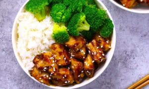 The easiest, most unbelievably delicious Teriyaki Chicken with Rice Bowls. And it'll be on your dinner table in just 15 minutes. It's much better than takeout! All you need is only a few ingredients: chicken breast, soy sauce, cider vinegar, honey and cornstarch. One of the best Asian dinner ideas! Served with rice and broccoli. Quick and easy dinner recipe. Video recipe.