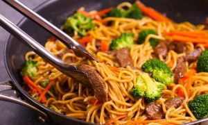 Garlic Beef Lo Mein– Tender beef cooked with colorful vegetables and delicious Lo Mein noodles with addictive garlicky sauce. This 20 minute one pan Lo Mein is a perfect quick and easy weeknight dinner recipe and so much better than takeout. Plus recipe video!