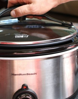Placing the sealing lid onto a slow cooker