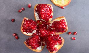 See how to cut a pomegranate for a delicious and healthy snack of fresh fruit