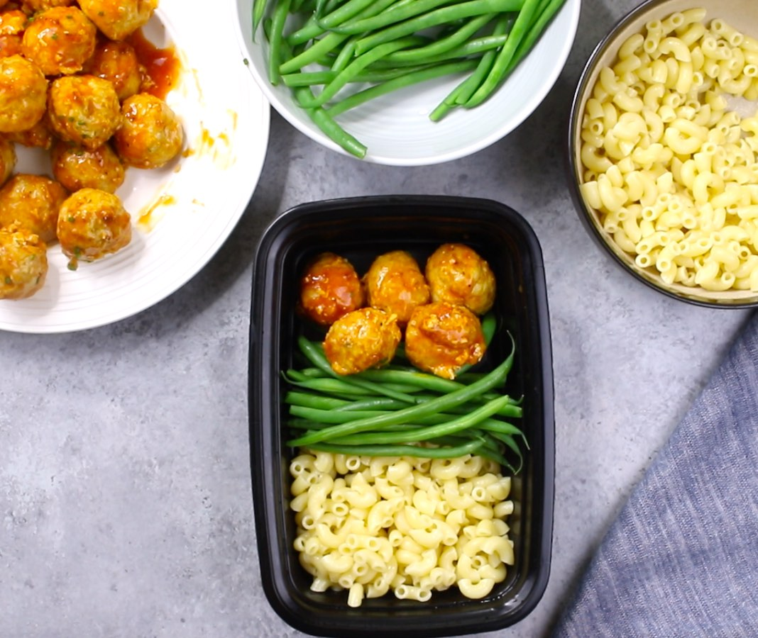 This photo shows how to combine meatballs, pasta and vegetables neatly into a meal prep container