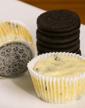 Mini Oreo Cheesecake Cupcakes – So delicious and super easy to make with only 6 simple ingredients: oreo, cream cheese, sugar, sour cream, eggs, vanilla. There's a yummy oreo crust at the bottom. The perfect quick and easy dessert recipe.