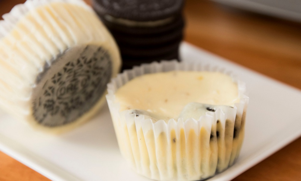Mini Oreo Cheesecake Cupcakes – So delicious and super easy to make with only 6 simple ingredients: oreo, cream cheese, sugar, sour cream, eggs, vanilla. There's a yummy oreo crust at the bottom. The perfect quick and easy dessert recipe. Video recipe.