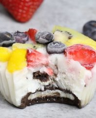 Oreo Frozen Yogurt Bites – An easy and refreshing dessert that's good for you. A fun way to enjoy FroYo with a yummy oreo crust at the bottom! These healthy frozen yogurt bites come with fruits and oreos. All you need is your favorite yogurt, some fruits and oreos. So delicious and so fun! Quick and easy recipe. Kids friendly. Video recipe. | Tipbuzz.com