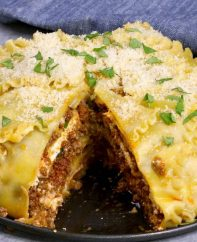 Easy, cheesy upside down lasagna – A perfect way for a crowd to enjoy the pleasure of lasagna. All you need is a few simple ingredients: lasagna noodles, ground beef, onions, garlic, ricotta cheese, parmesan cheese, mozzarella, oil, egg, tomato and fresh basil for garnish. A perfect dinner for the whole family or a party! Party food. Video recipe. | Tipbuzz.com