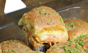 Easy Pepperoni Pizza Sliders – A Make-ahead recipe that's a guaranteed hit with the crispy topping on the bread and cheesy filings inside. All you need is some simple ingredients: Hawaiian rolls, cheese, pepperoni, pasta sauce, butter, herbs and Parmesan. So good! Quick and easy recipe. Make ahead recipe. Great for parties. Video recipe