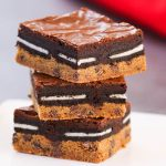 Slutty Brownies – An easy and fun treats that everyone will love. All you need is a few simple recipes: refrigerated chocolate chip cookie dough, oreos, brownie mix, egg, oil and water. So Good! Party food, party dessert recipes, vegetarian. Video recipe.