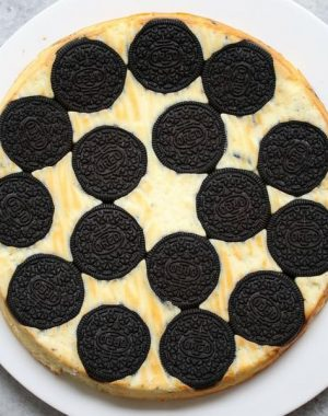 Upside Down Oreo Cheesecake – So delicious and super easy to make with only 6 simple ingredients: oreo, cream cheese, sugar, yogurt, eggs, vanilla. There are yummy oreos at the bottom. The perfect quick and easy dessert recipe. Video recipe.