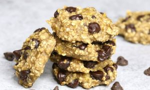 Banana Oat Chocolate Chip Cookies – Soft, chewy, and super easy cookies. All you need is only 3 ingredients: two ripe bananas, some oats and a handful of chocolate chips. Gluten-free, dairy-free, quick and easy recipe. Vegetarian. Video Recipe. | Tipbuzz.com
